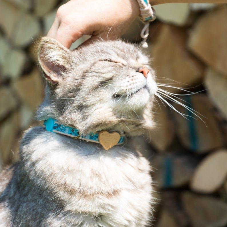 Collier chat en coton et bois pour la st valentin